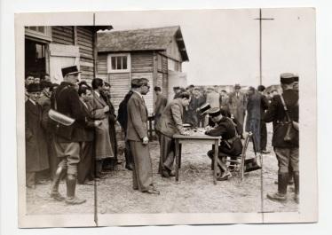 photo n°09_Pithiviers, l'enregistrement des internés par les gendarmes
